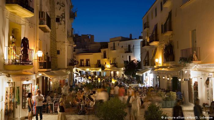 We're going to Ibiza Bildergalerie Ibiza Urlaub Tourismus (picture-alliance/dpa/S. Lubenow)