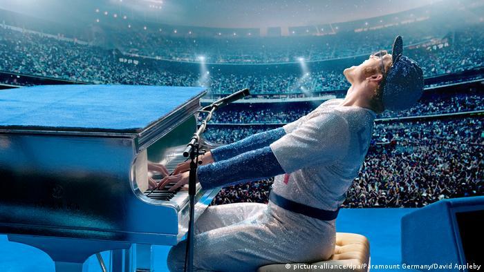 Filmstill aus Rocketman mit Darsteller Taron Egerton am Klavier im Stadion