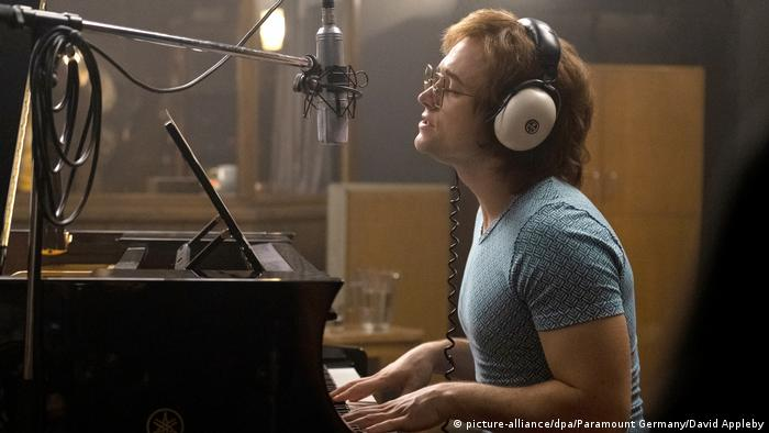 Filmstill aus Rocketman mit Taron Egerton am Klavier im Studio