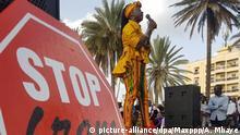 Senegal Untersützer des Aktivisten Kemi Seba nach Verbrennen eines CFA-Franc-Geldscheins