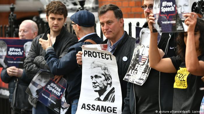 Susținători ai lui Julian Assange cerând protejarea australianului și eliberarea sa din închisoare