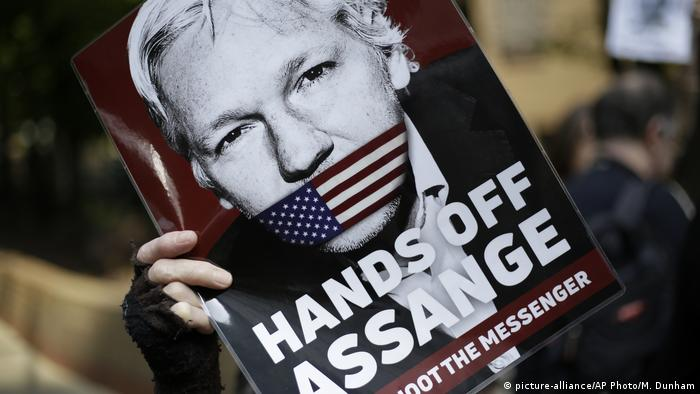 A poster showing Julian Assange with an American flag over his mouth (picture-alliance/AP Photo/M. Dunham)