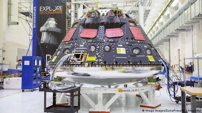 Orion module being removed from an assembly work station (Imago Images/ZumaPress/B. Smegelsky)