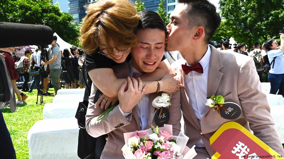 Taiwan holds Asia′s first gay wedding  News  DW  9.9.9