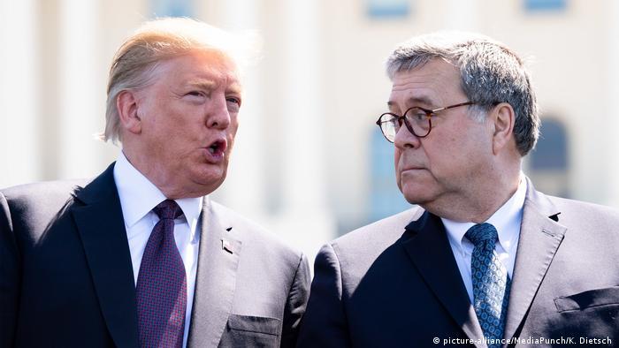 Министр юстиции и генпрокурор США Уильям Барр (справа) и глава Белого дома Дональд Трамп (фото из архива)