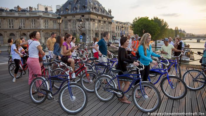 A bicycle tour group on a bridge in Paris, Fance (picture-alliance/robertharding/S. Dee)