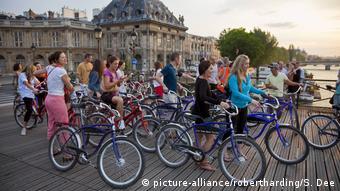 Frankreich Touristen mit Fahrrädern in Paris