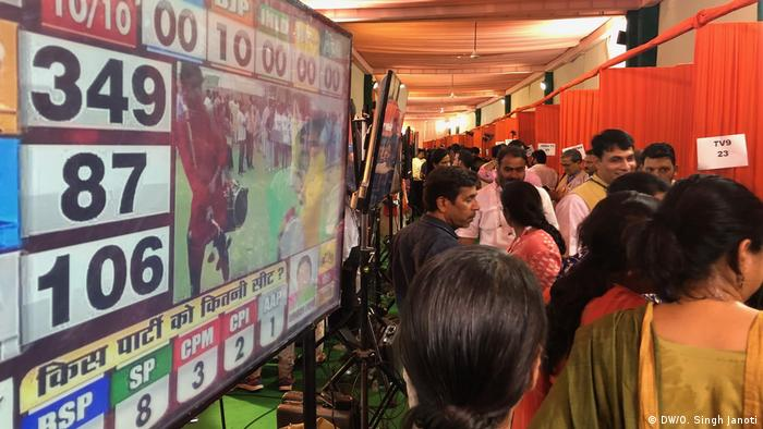 BJP office, where supports are watching television. (DW/O. Singh Janoti)