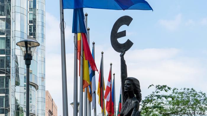 Статуя перед зданием Европарламента