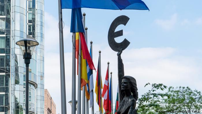 Belgien Brüssel Statue Europa vor Europaparlament (picture-alliance/dpa/D. Kalker)