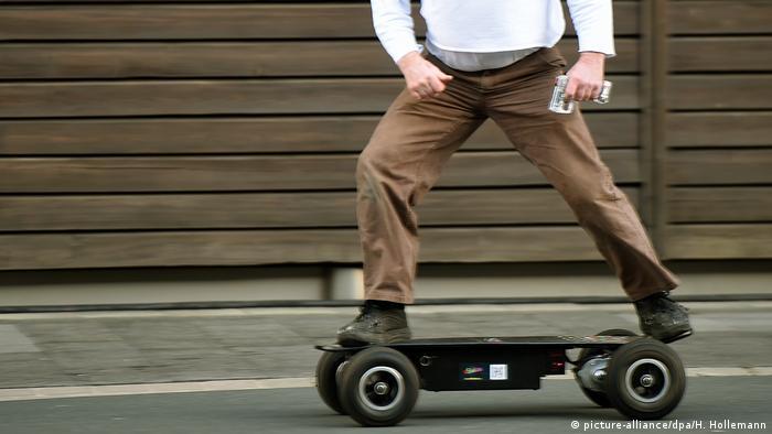 شما با اسکیت بورد برقی تنها یک اسکیت یا لانگ بورد موتوری ندارید، بلکه میتوانید پیچ و تابها و حرکات اسنوبورد را هم با آن انجام دهید. قدرت موتور اسکیت بورد ۳۰۰۰ وات است و برخی از مدلهای آن میتوانند تا ۴۰ کیلومتر سرعت داشته باشند. راکب اسکیت بورد میتواند با کمک دستگاه کنترل، سرعت، ترمز و گردش چرخها را در اختیار داشته باشد.