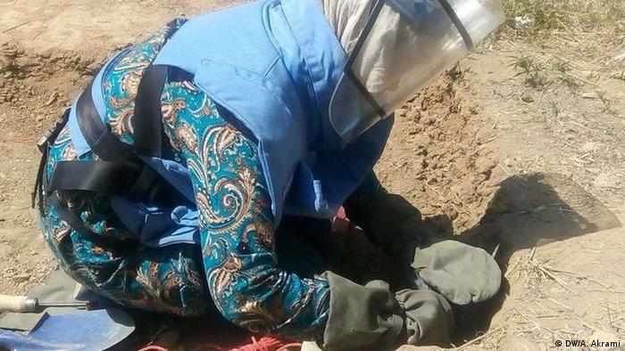 Afghanistan Provinz Bamiyan   Frauen arbeiten als Minenräumer