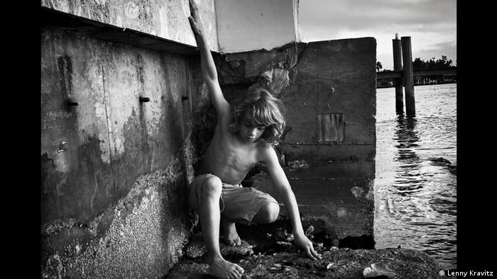 Fotoausstellung Lenny Kravitz - Drifter Ein Junge spielt am Wasser(Lenny Kravitz)