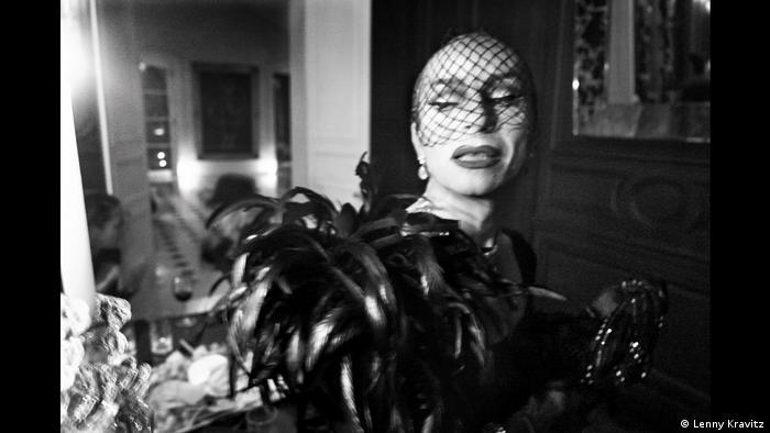 Fotoausstellung Lenny Kravitz - Drifter - Ein verwaschenes Porträt einer Drag Queen, die sich gerade von der Kamera wegdreht (Lenny Kravitz)