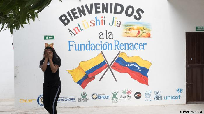 Una de las 16 chicas en un refugio para víctimas de explotación sexual comercial frente a un mural de la organización.