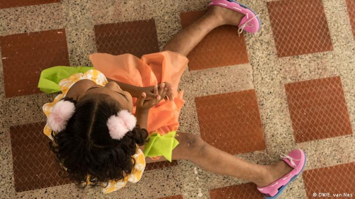 Esta niña es una de las 16 niñas acogidas por la Fundación Renacer, un refugio para víctimas de explotación sexual comercial.