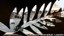 ARCHIV - Blick durch das Palmen-Symbol des Internationalen Filmfestivals von Cannes auf den Hafen der Stadt an der Cote d' Azur (Archivfoto vom 12.05.2009). Das Filmfestival gilt als das bedeutendste weltweit. 2012 findet das Filmfest zum 65. Mal statt. Foto: IAN LANGSDON (Themenpaket Cannes - zum 16. Mai - Hintergrund - «Das Filmfestival Cannes» vom 09.05.2012) +++(c) dpa - Bildfunk+++ |