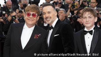 Cannes Filmfestival: Elton John, David Furnish und Kit Connor in Abendgaderobe vor der Presse