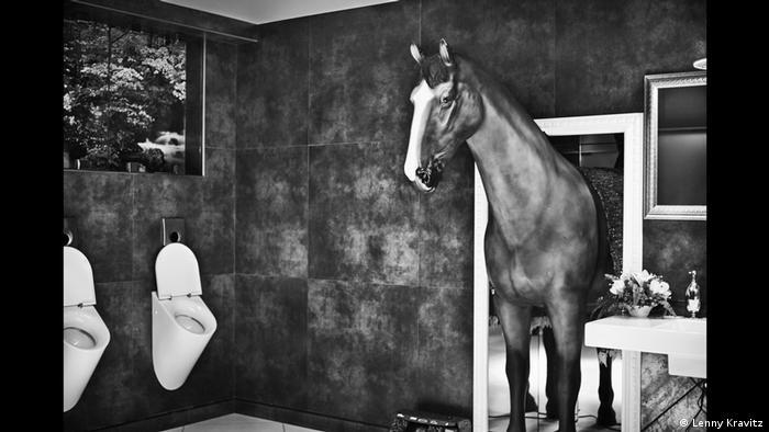 Fotoausstellung Lenny Kravitz - Drifter: Ein Pferd kommt aus einem Türrahmen und betritt ein Herrenklo.(Lenny Kravitz)