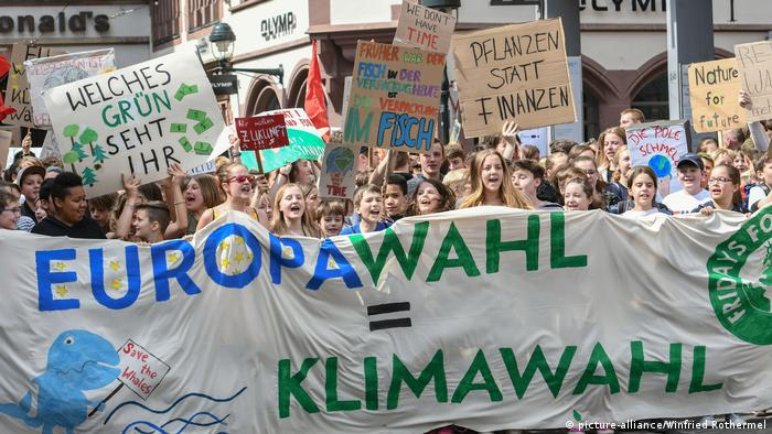 Manifestantes em protesto climático Fridays for Future