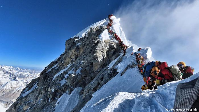 Hundreds of tourists line up to reach peak of Mount Everest