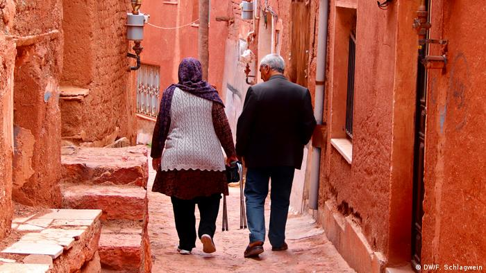 An older couple walks through the small streets of the village of Abyaneh in Iran (DW/F. Schlagwein)