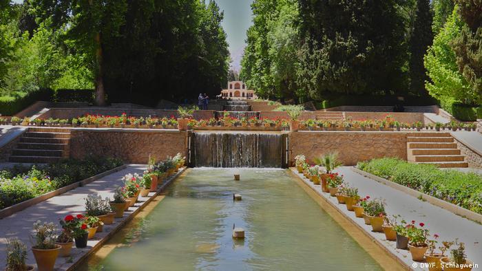 The water fountains in Shazdeh Mahan Garden(Prince's Garden) in Mahan, Iran (DW/F. Schlagwein)