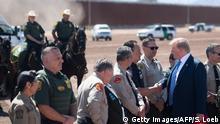 USA Grenze zu Mexiko, Präsident Donald Trump vor Mauer