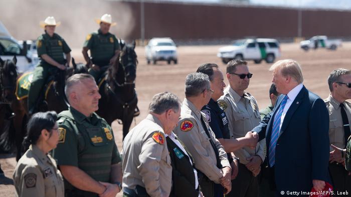 """Tres ciudadanos murieron en la masacre de El Paso, una ciudad mayoritariamente de inmigrantes hispanos. Trump, en búsqueda de apoyo para la construcción del Muro, ha dicho que """"los mexicanos son violadores"""". Ahora, 402,6 millones de dólares destinados a proyectos en Puerto Rico, se desviarán a la construcción del muro."""