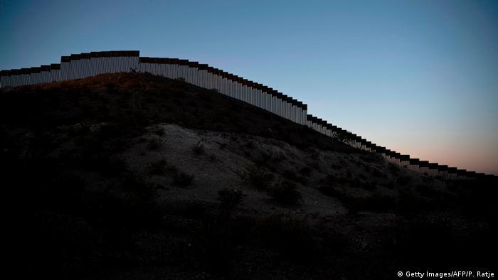 دیواری واقعی بر سر مرز مکزیک و ایالت نیومکزیکو در آمریکا
