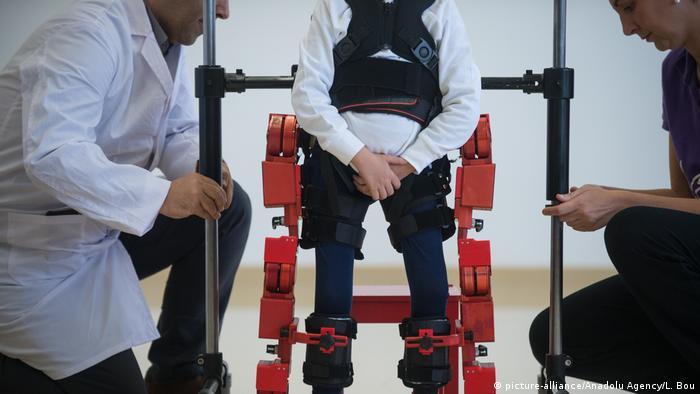 Spanien Therapie Spinale Muskelatrophie   Marsi Bionics, Exoskelett für Kinder (picture-alliance/Anadolu Agency/L. Bou)