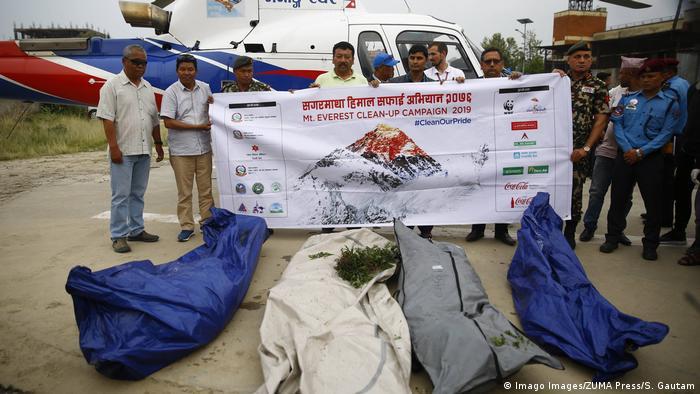 Nepal Kathmandu - Nepal Armee Einheiten bergen die Leichen von 4 Bergsteigern