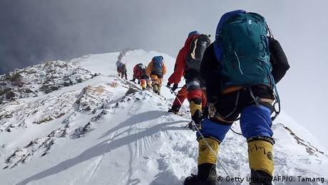 पर्वतारोही दुनिया के सबसे ऊंचे पर्वत, एवरेस्ट पर चढ़ते हैं।