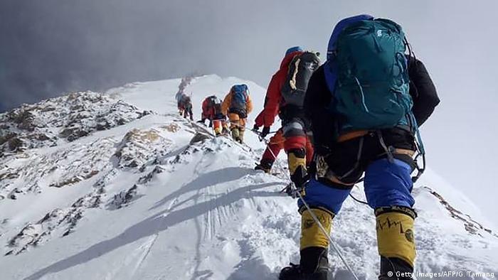 Montañistas escalan el Everest, la montaña más alta del mundo.
