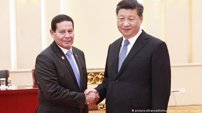 Vice-presidente brasileiro, Hamilton Mourão, aperta mão de presidente chinês, Xi Jinping