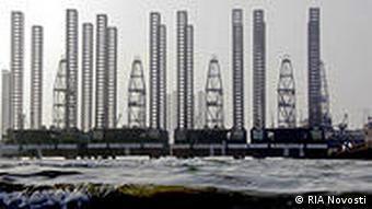 Азербайджанские нефтяные вышки в Каспийском море