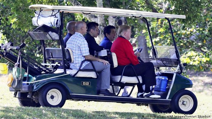 U.S. President Donald Trump and Japanese Prime Minister Shinzo Abe head for the golf course at Mobara Golf Club in Japan (picture-alliance/AP Images/Yomiuri Shimbun)