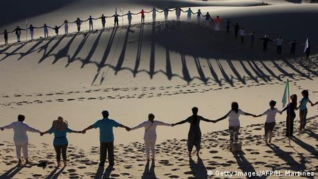 BdTD l Mexiko - Yoga in den Samalayuca Dune Fields (Getty Images/AFP/H. Martinez)