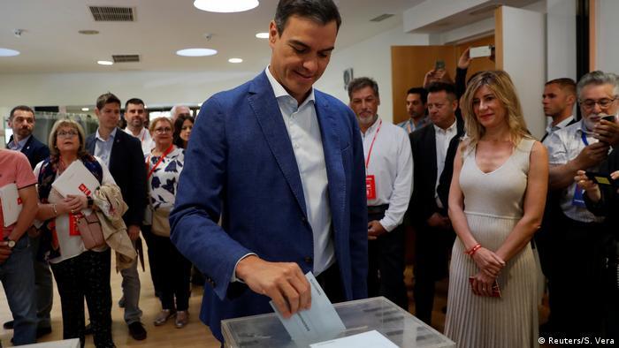 Spain's acting PM Sanchez casts his vote in Pozuelo de Alarcon, outside Madrid (Reuters/S. Vera)