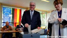Berlin - Frank-Walter Steinmeier und seine Frau Elke Buedenbender bei Stimmabgabe zur Europawahl