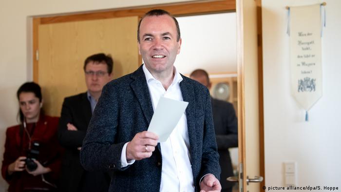 Europawahl l Deutschland - Spitzenkandidat Manfred Weber EVP gibt seine Stimme ab (picture alliance/dpa/S. Hoppe)