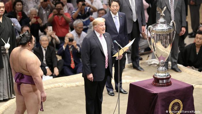 Дональд Трамп и Синдзо Абэ на турнире по сумо в Токио