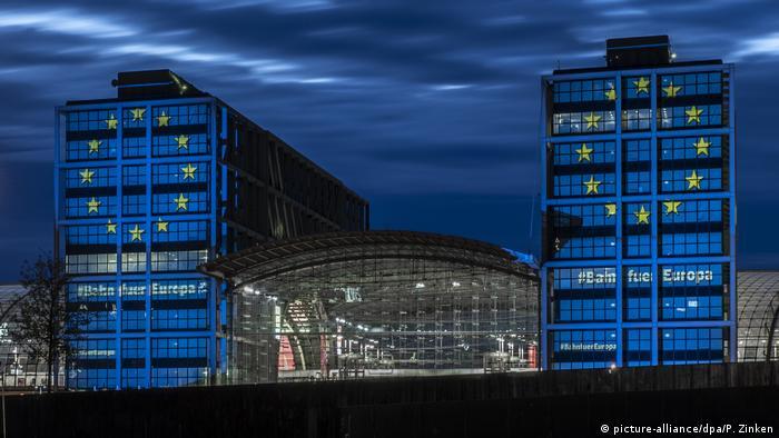 Dworzec Główny w Berlinie przybrał się w dzień wyborów do PE w europejskie barwy