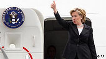 Clinton grüßt aus der Tür ihres Flugzeugs (Foto: ap)