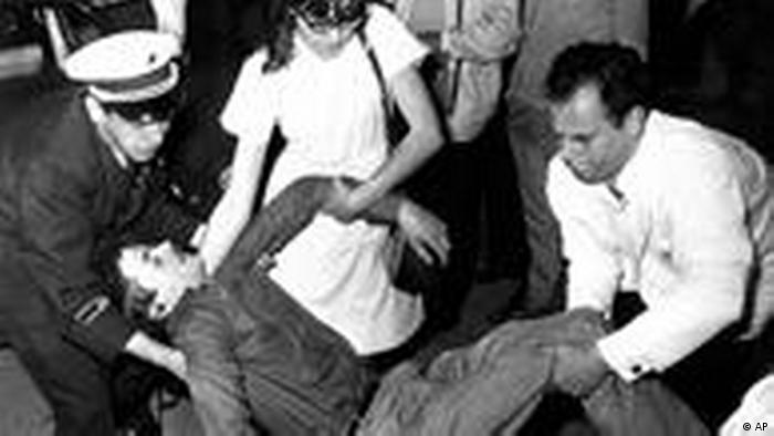 (AP Photo/Herr, Archiv) ** NUR S/W ** --- FILE - In this June 3, 1967 file photo student Benno Ohnesorg is carried away by police and paramedics after he was shot during a demonstration against the visit of the then Imperial couple of Persia to Berlin on June 2, 1967. (AP Photo/Herr, File) ** B/W ONLY **