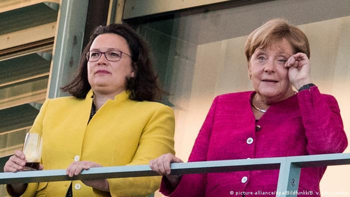 Andrea Nahles ao lado de Merkel: social-democratas forma coalizão de governo na Alemanha