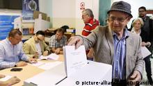 26.05.2019, Kroatien, Zagreb: Ein Wähler wirft seinen Stimmzettel für die Europawahl in eine Wahlurne. Zum Abschluss der viertägigen Europawahl (23.05. bis 26. Mai 2019) bestimmen Deutschland und 20 weitere Länder am Sonntag ihre neuen Abgeordneten für das Europäische Parlament. Foto: Darko Bandic/AP/dpa +++ dpa-Bildfunk +++