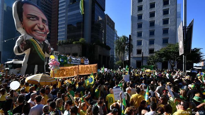 Boneco inflável com a figura do presidente Jair Bolsonaro em ato na Avenida Paulista