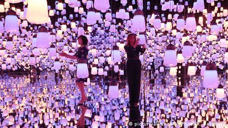 Melanija Tramp i Akije Abe, supruga japanskog premijera i domaćica Prvoj dami SAD koja je sa svojim suprugom Donaldom Trampom u zvaničnoj posjeti Japanu, posjetile su muzej digitalne umjetnosti u Tokiju.