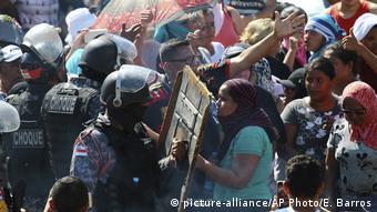 Parentes enfrentam forças de segurança diante do Compaj